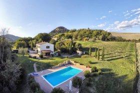 Klein huisje op het platteland in Volterra