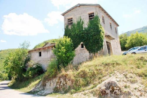 Klein huisje op het platteland in Preci